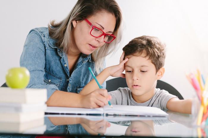 madre estudiando con su hijo