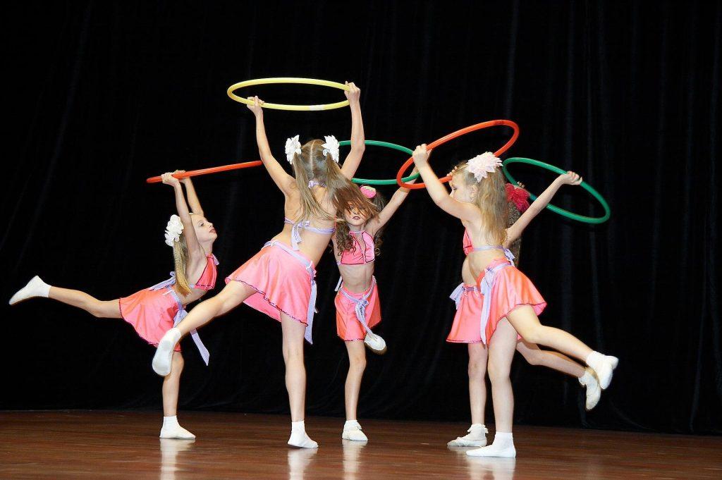 Meninas dançando em uma apresentação de um dos eventos escolares