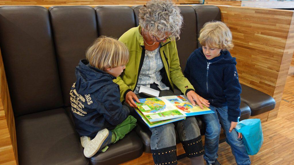 Avó ajudando os netos nos estudos. A imagem ilustra post sobre a importância da participação da família na escola