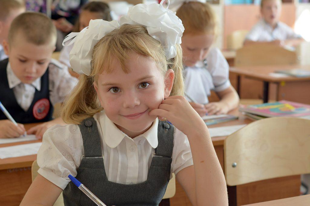 Sala de aula com crianças. Imagem ilustra post sobre a captação de alunos