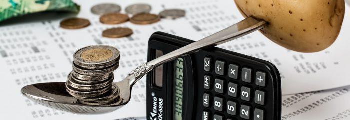 Como diminuir o impacto das variáveis no orçamento escolar?