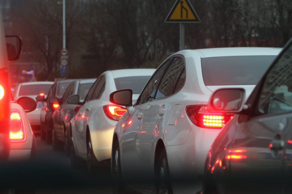 Carros passando em horários de entrada e saída escolar
