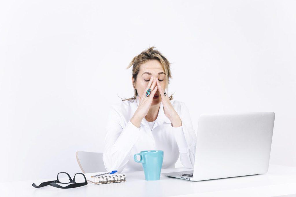 Tecnofobia - Mulher em frente ao notebook com as mãos no rosto